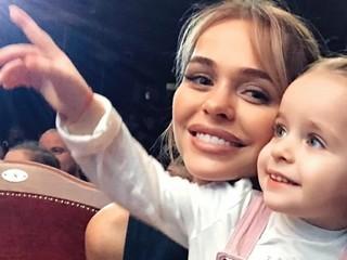 Умора: 2-летняя дочь Анны Хилькевич рассказывает, чем папа и мама занимаются на работе