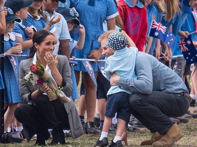 Для малыша: Меган Маркл и принцу Гарри вручили много подарков