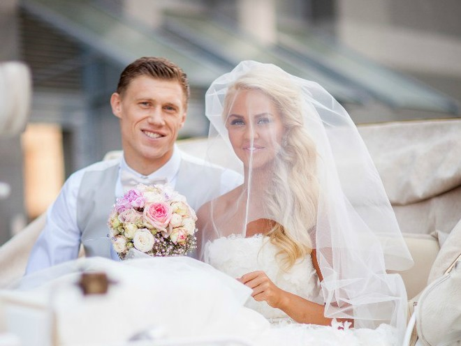 Мария Погребняк показала фото с церемонии венчания с мужем