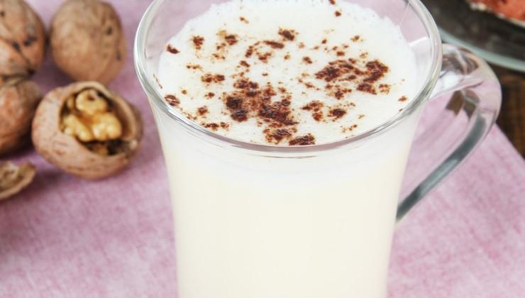 Молочный коктейль с орехами и корицей