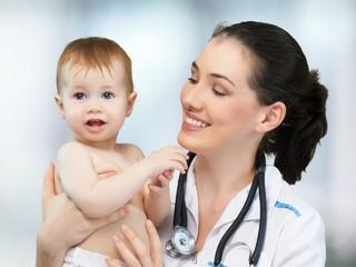 Маме на заметку: план посещения детских врачей от рождения до года