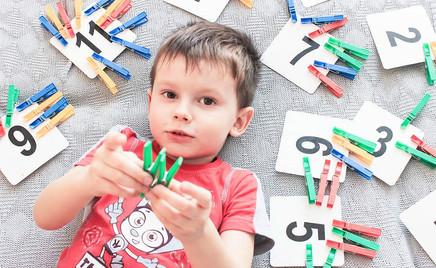 Видео: как с помощью 10 прищепок научить ребенка счету