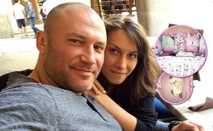 Жена Константина Соловьева показала двухмесячную дочку в новой кроватке