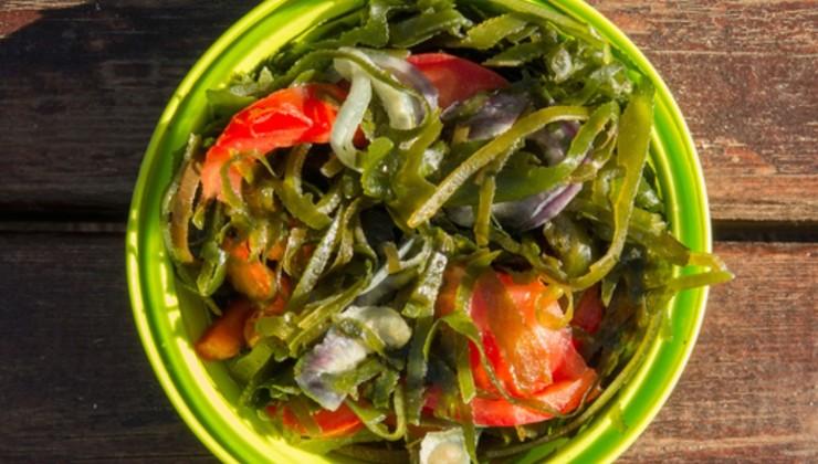 Салат из морской капусты с луком и помидорами