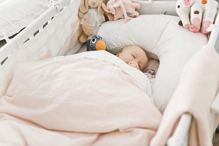 Безопасность малыша в кроватке