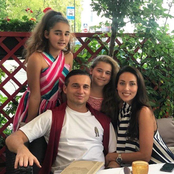 Певица Алсу с мужем и дочками