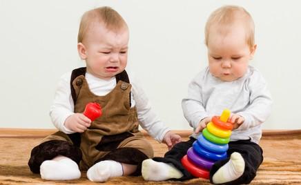 Совет дня: помогите измениться ребенку, который отбирает игрушки у других детей