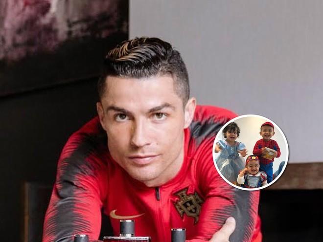 Дети Криштиану Роналдо умилили поклонников своими костюмами