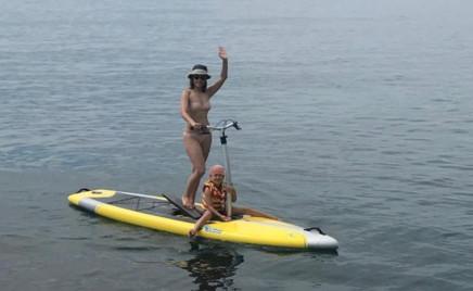 Екатерина Шпица с сыном катаются на необычном водном транспорте